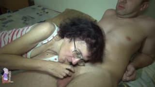 Die alte Fotze Veronika bumst junge Männer