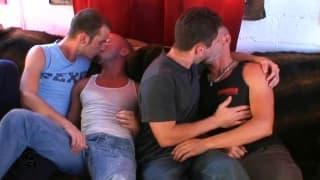Drei schwule Freunde genießen die schöne Zeit
