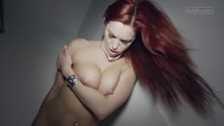 Eine sinnliche Rothaarige genießt ihre Sextoys