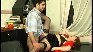 Eine heiße Sekretärin befriedigt sehr gut