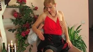 Diese reife, blonde Frau wird penetriert