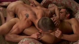 Sam Tyson und Adam Wolfe ficken auf dem Sofa