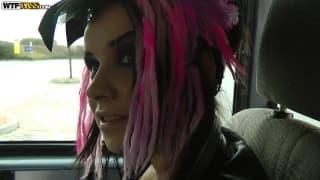 Wendy Moon fickt auf dem Rücksitz eines Autos
