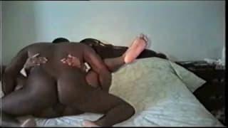 Ein schwarzes Paar hat Sex zu Hause