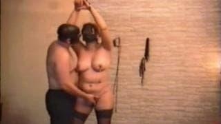 Eine schöne Frau wird geil durch BDSM