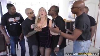 Cherie DeVille hat Spaß in einem Gangbang