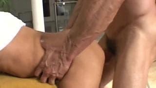 Ein junger Schwuler kriegt den Arsch gedehnt!
