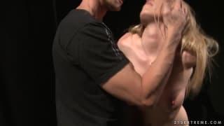 Kira Banks in einer heißen BDSM-Szene