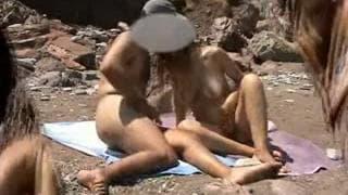 Ein Paar fickt am Strand für uns!