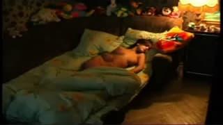 Dieses süße Mädchen masturbiert im Bett