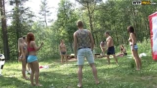 Eine große Schülerorgie mitten im Wald