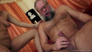 Eine Blondine wird geil mit einem alten Kerl