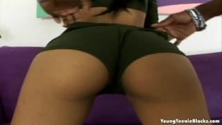 Eine schwarze, fette Tussi genießt den Schwanz