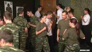 Eine Militär-Orgie zwischen Männer und Frauen