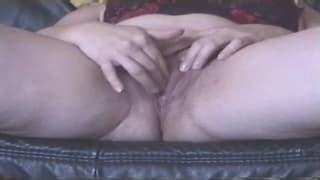 Eine fette, reife Frau masturbiert hart