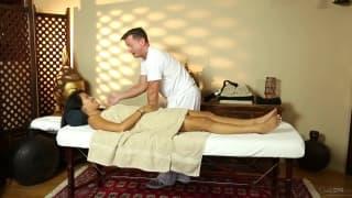Angelina Chung liebt erotische Massagen