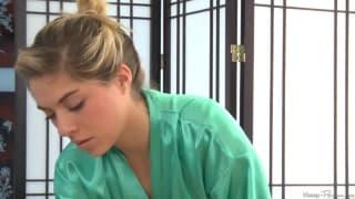 Lia Lor gibt Josh Rivers eine Massage