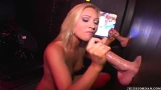 Diese Blonde hat Sex mit einem Gloryhole