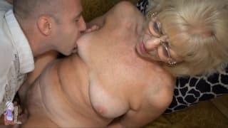 Diese alte Blondine kriegt die Muschi gerieben