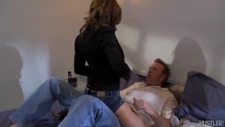 Mark Wood spielt mit der tollen Dakota Brookes