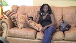Jasmine fickt glücklich auf der Couch