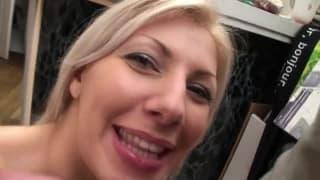 Diese sexy Blondine will eine Gesichtsbesamung
