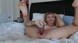 Super heiße Blondine masturbiert mit Dildo