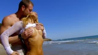 Ginger Hell und Leo Galvez ficken am Strand