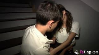 Junge spanische Schlampe wird gefistet