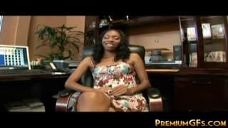 Eine junge schwarze Frau steht hier auf Sex