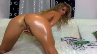 Eine heiße Blondine reibt sich mit Öl ein