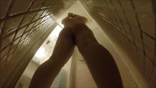 Sie wird beim Duschen beobachtet