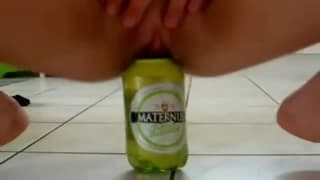 Notgeiler Teenager benutzt eine Glasflasche
