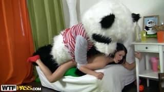 Ein Panda fickt ein notgeiles Mädchen