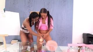 Bailey und Jasmine Webb pissen aufeinander