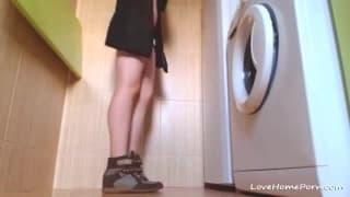 Notgeiles Teenager-Girl spreizt die Beine