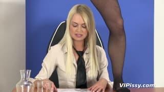 Lena Love ist mit Uma Zex auf Schreibtisch