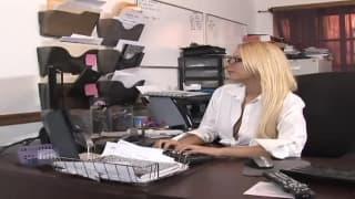 Eine blonde Sekretärin fickt gerne