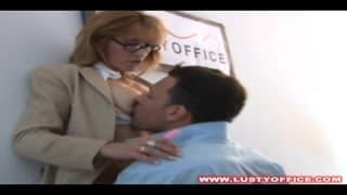 Versaute Sekretärin wird hart anal gefickt