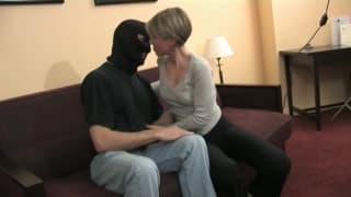 Sie fickt einen Mann mit Maske und wird geil