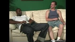 Ein Amateur-Dreier mit zwei schwarzen Kerlen