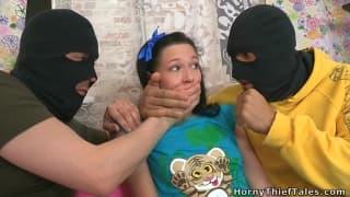 Kristina wird von zwei Maskierten gefickt