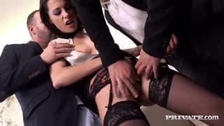 Nikita Bellucci ist eine Brünette, die Sex mag