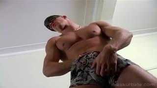Leo trägt beim Masturbieren eine Maske