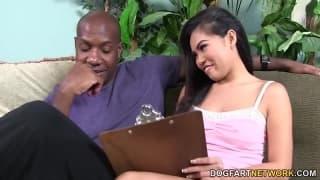 Cindy Starfall nimmt den Penis von Mandingo