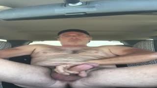 Dieser alte Typ wichst gerne in seinem Auto