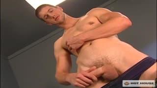 Jon Hunter wichst mit der löchrigen Unterhose