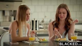 Sydney Cole und ihre Freundin in einem Dreier