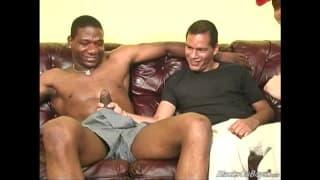 Schwarze Kerle genießen einen engen weißen Po