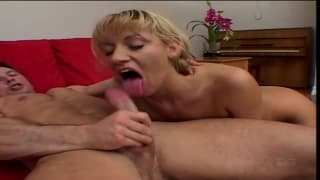 Blondine wird hart in den Arsch gefickt